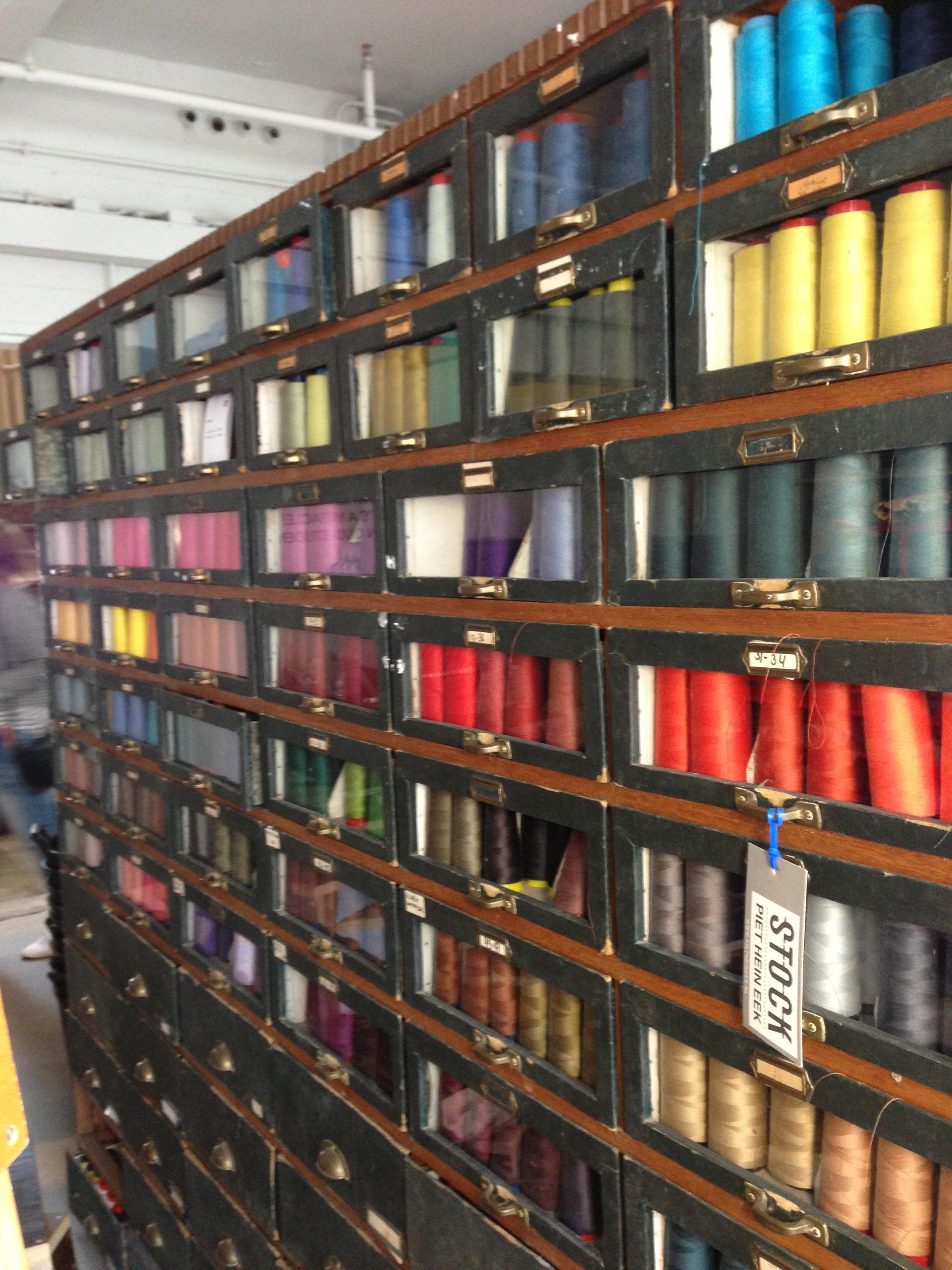 Alle kleuren garens in een prachtige kast - Piet Hein Eek